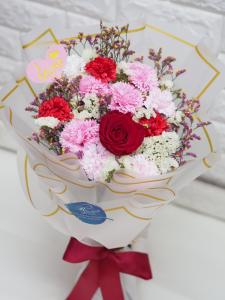 可永久保存*玫瑰保鮮花配康乃馨番梘花花束(紅色系)