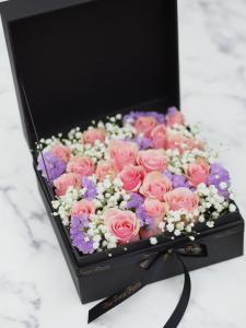* *18枝裝粉玫瑰滿天星花盒
