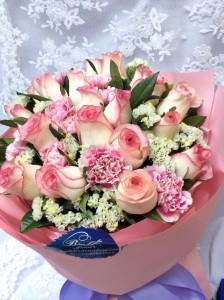 肯亞雙色玫瑰配康乃馨花束