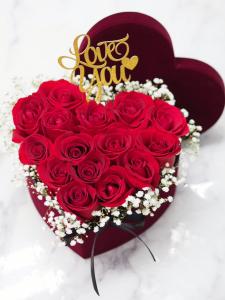 心形紅玫瑰滿天星花盒(附送Love插牌)